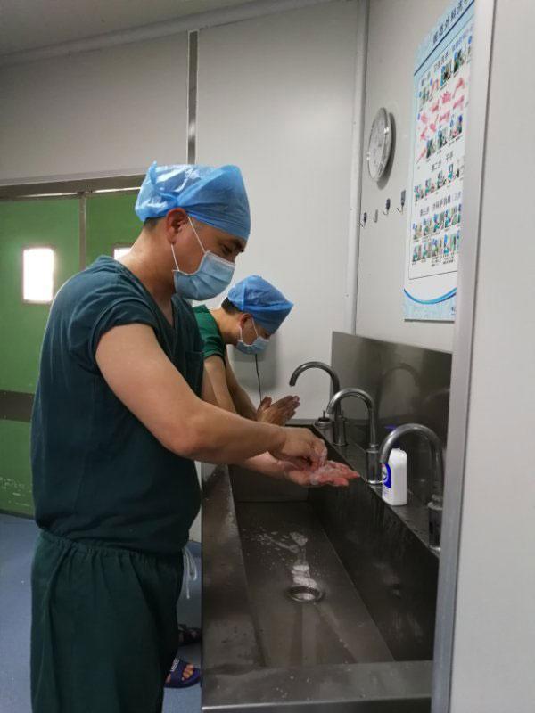 佛山肛泰肛肠医院手术中心医务人员按七步洗手法洗手.jpg