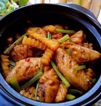 碗里放着肉和蔬菜 描述已自动生成
