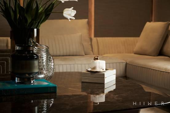桌子上的花瓶里插着一些家具 中度可信度描述已自动生成
